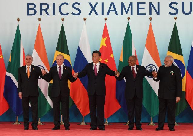 O presidente da Federação da Rússia, Vladimir Putin (segundo da esquerda para a direita), posa para fotografia conjunta dos líderes do BRICS