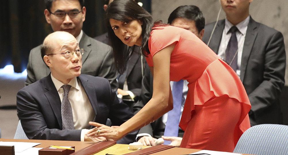 Representante permanente dos Estados Unidos na ONU, Nikki Haley, conversa com seu colega chinês, Liu Jieyi, no CS da ONU, 5 de agosto de 2017