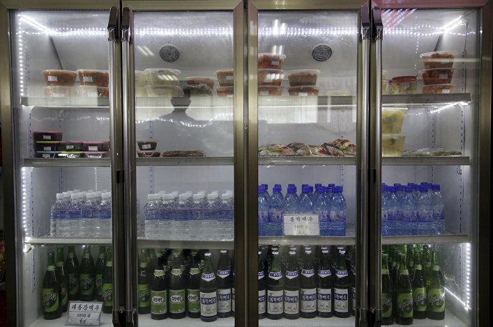 Geladeiras de bebidas e saladas do supermercado Potonggang