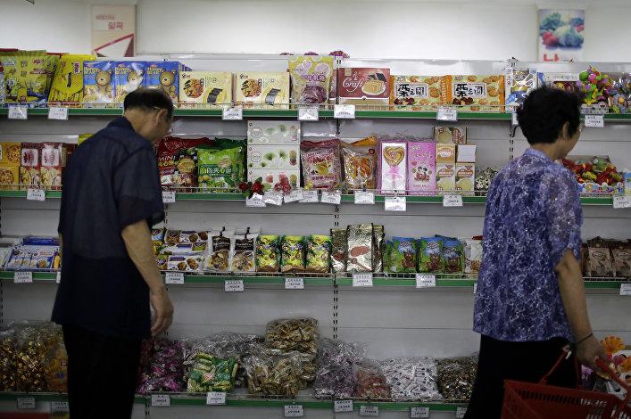 As prateleiras com doces no supermercado Potonggang