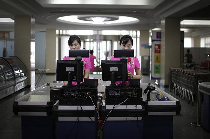 Caixas do supermercado norte-coreano Potonggang esperando clientes