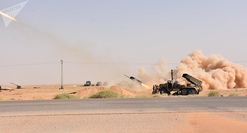 Material bélico do Exército Árabe Sírio é visto disparando em Deir ez-Zor