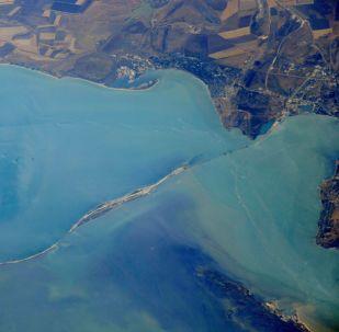 Construção da ponte através do estreito de Kerch, na Crimeia, vista do espaço