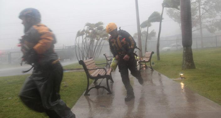 Primeiras chuvas e cortes de eletricidade em Miami — Furacão Irma