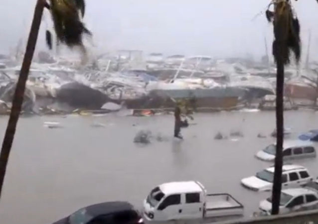 O porto inundado durante o furacão Irma na parte francesa da ilha de São Martinho