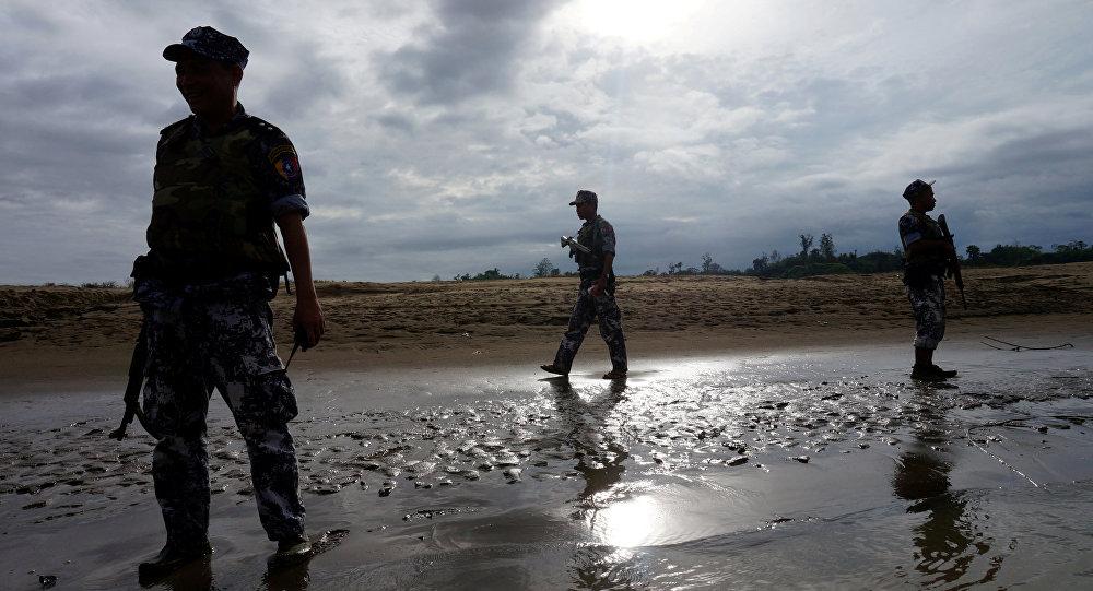 Policiais da Guarda de Fronteira do Mianmar de sentinela no estado de Rakhine, Miarmar (foto de arquivo)