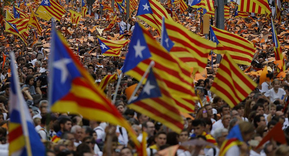 Parlamento da Catalunha aprova referendo separatista e governo espanhol recorre