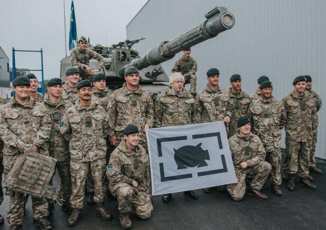 Ministro das Relações Exteriores do Reino Unido, Boris Johnson, durante encontro com militares britânicos na base militar de Tapa, Estônia