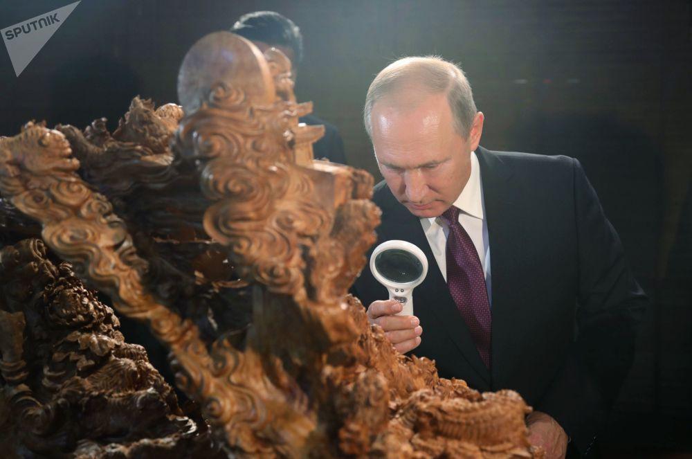 Presidente russo, Vladimir Putin, visita a exposição do patrimônio cultural em Xiamen, China