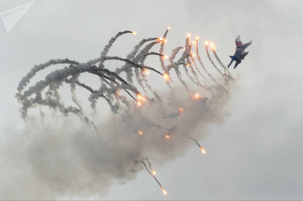 Caças russos Su-30SM durante a celebração do 75º aniversário da criação do 4º  Exército da Força Aeroespacial russa