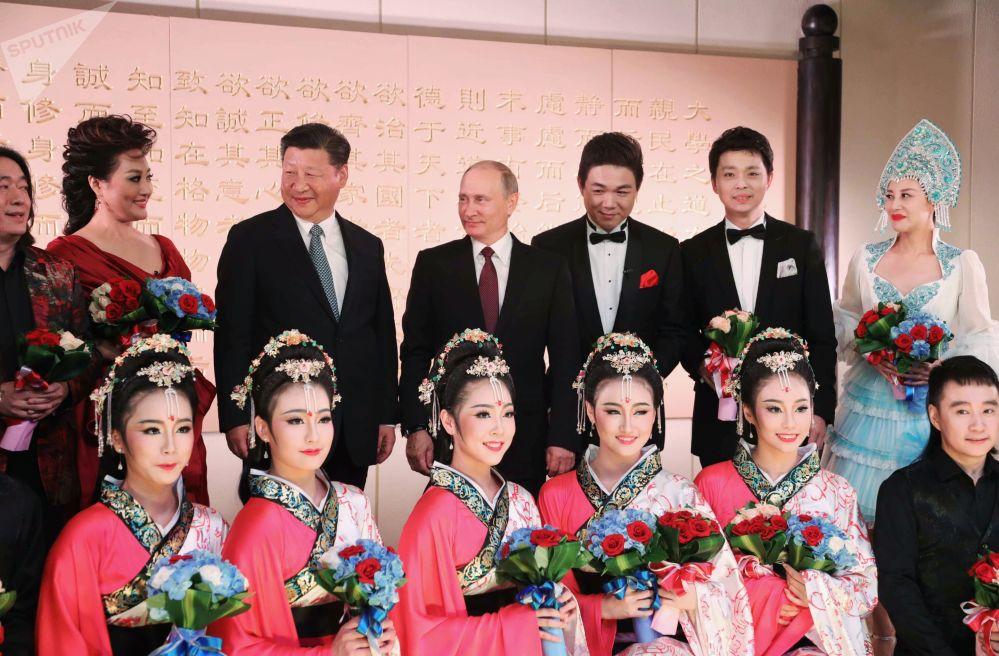 Presidente russo, Vladimir Putin, com seu homólogo chinês, Xi Jinping, assiste concerto em Xiamen, China
