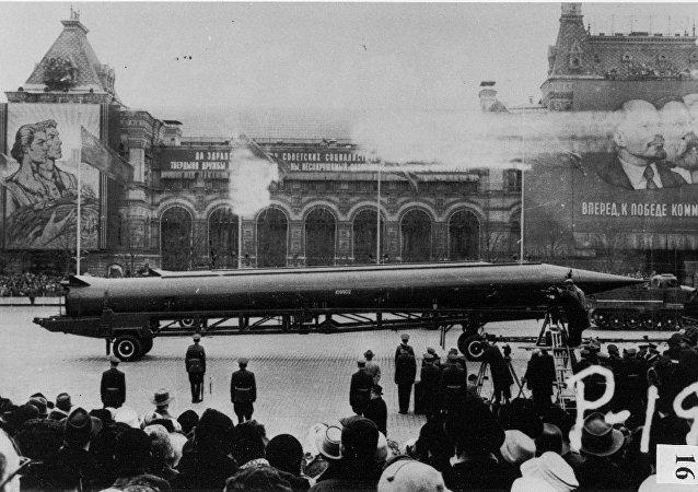 Fotografia de um agente da CIA de um míssil com ogiva nuclear R-12 de médio alcance durante a parada militar na Praça Vermelha em Moscou