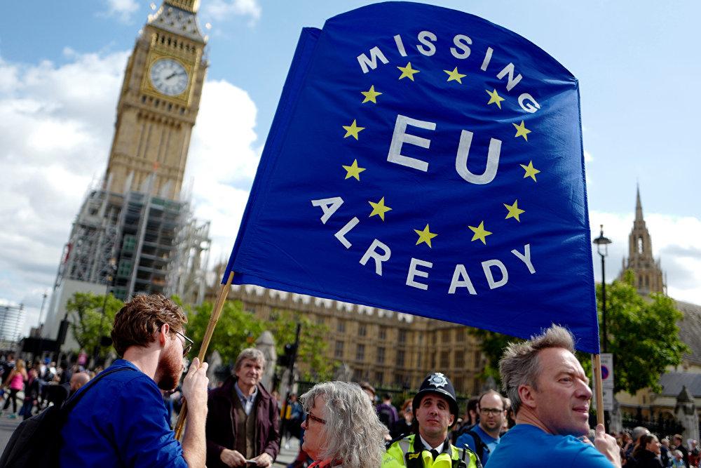 Reino Unido: Tony Blair sugere restrições de imigração em vez de Brexit