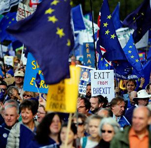 As negociações sobre a saída da União Européia começaram no dia 19 de junho e devem acabar até 30 de março de 2019.