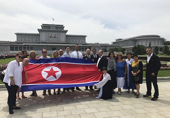 Um grupo de turistas da Sérvia na Coreia do Norte