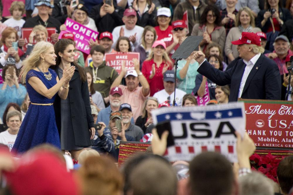 O presidente-eleito Donald Trump acenando como gesto de agradecimento para sua assessora Kellyanne Conway e para então secretária de imprensa Hope Hicks durante a reunião 'Thank You Tour 2016', em 17 de dezembro de 2017, no Alabama