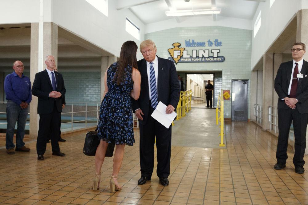 Donald Trump, então candidato à presidência, falando com sua então secretária de imprensa, Hope Hicks, durante um evento da campanha eleitoral, em 14 de setembro de 2016