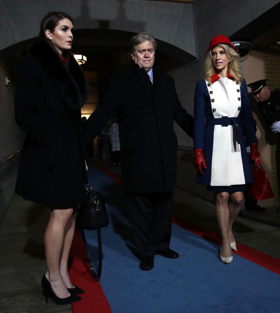 A diretora de Comunicações da Casa Branca, Hope Hicks, o conselheiro estratégico, Steve Bannon, e a assessora do presidente norte-americano, Kellyanne Conway, na posse de Donald Trump, em 20 de janeiro de 2017