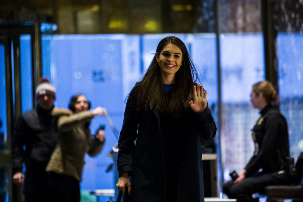 Hope Hicks indo ao arranha-céu Trump Tower para se encontrar com Trump em 2 de janeiro de 2017, Nova York