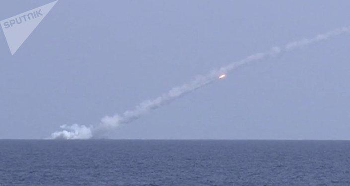 Submarinos russos lançam mísseis Kalibr contra alvos do Daesh