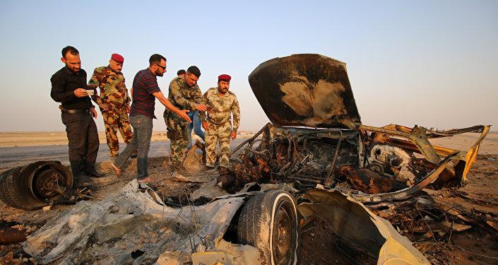 Forças de segurança do Iraque inspecionam o local de um ataque de um carro bomba em uma rodovia perto da cidade de Nassiriya, em 14 de setembro de 2017
