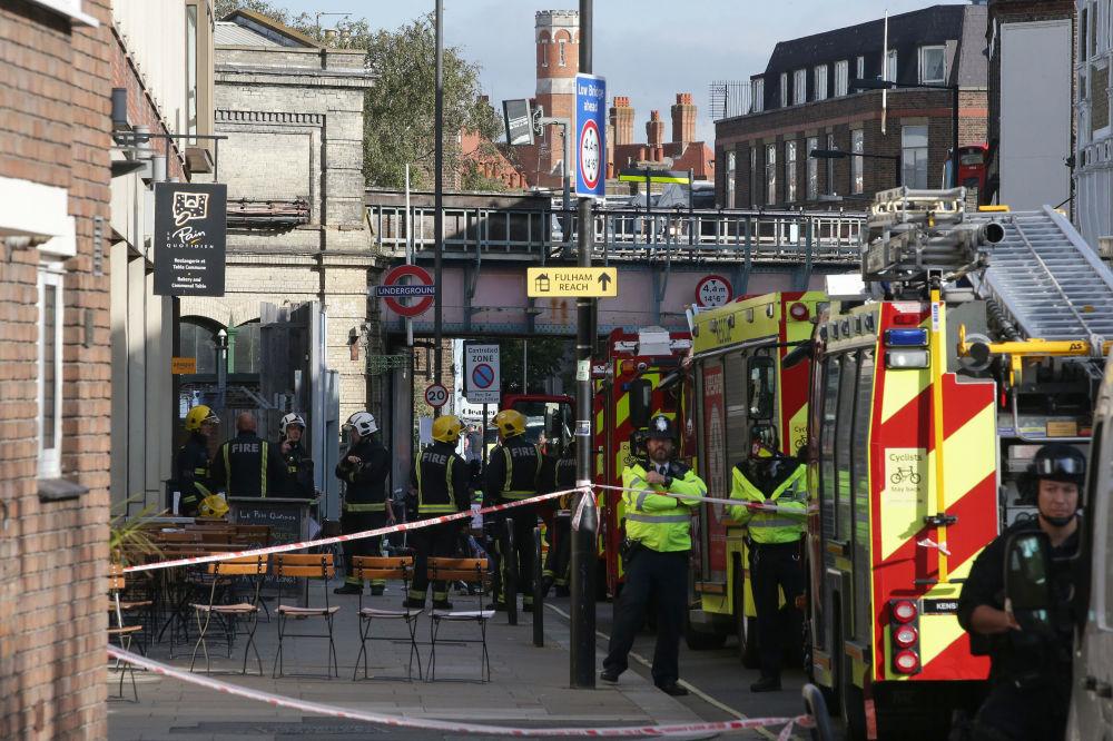 Pessoal dos serviços de emergência perto da estação Parsons Green em Londres