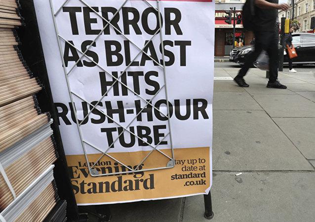 Jornal anuncia que a explosão no metrô em Londres foi um atentado terrorista