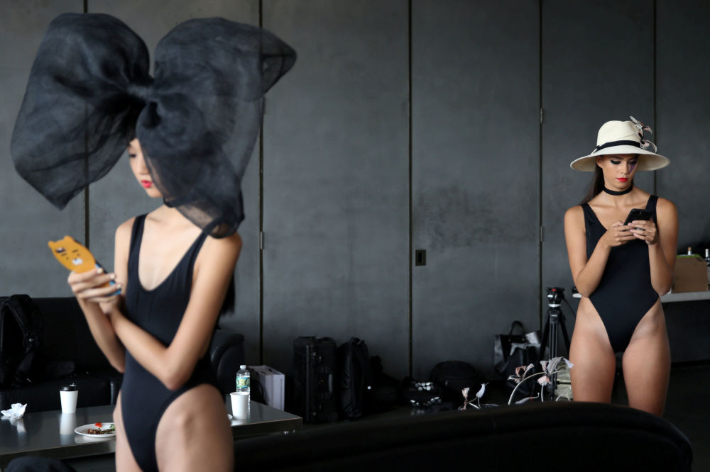 Modelos atrás dos bastidores nas vésperas do show Eugenia Kim Spring/Summer 2018 durante a semana de moda New York Fashion Week, nos EUA