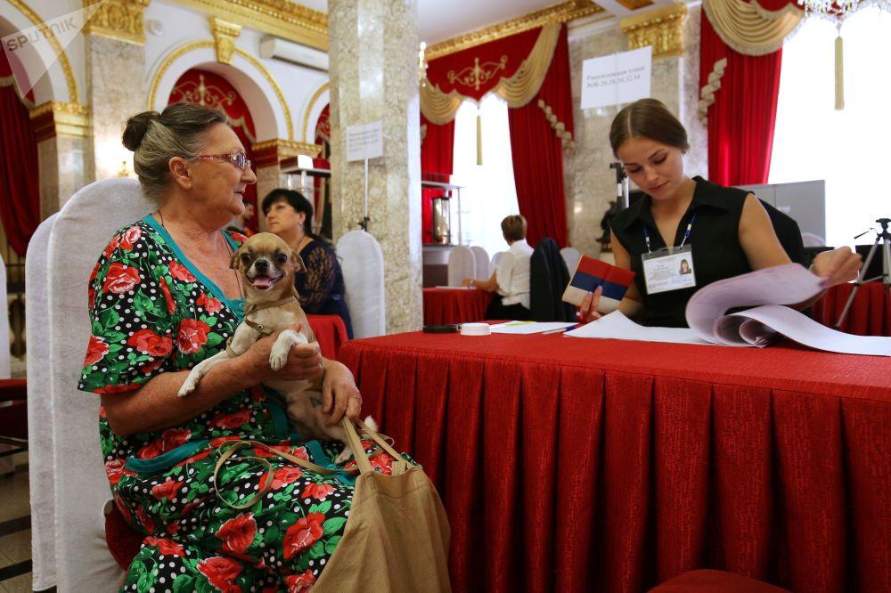 Eleitora no dia das eleições municipais na cidade russa de Krasnodar