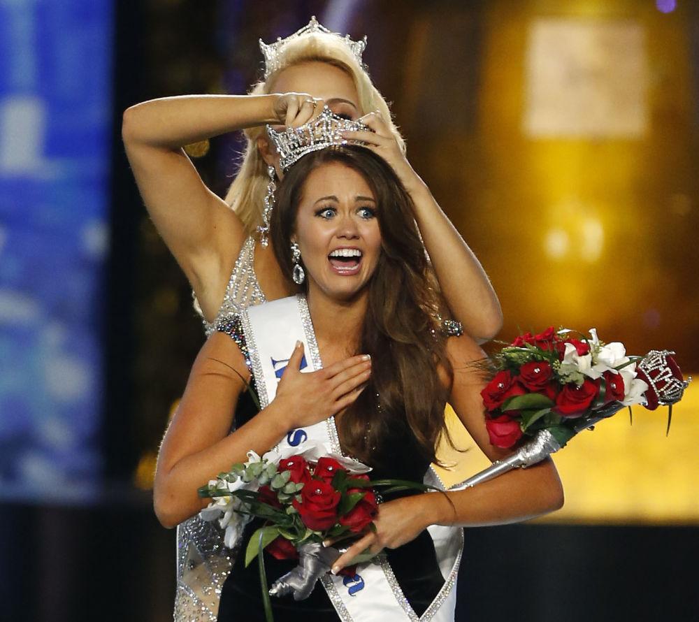 Miss Dakota do Norte, Cara Mund, reage à sua vitória no concurso de beleza Miss America 2018, na cidade de Atlantic City, nos EUA