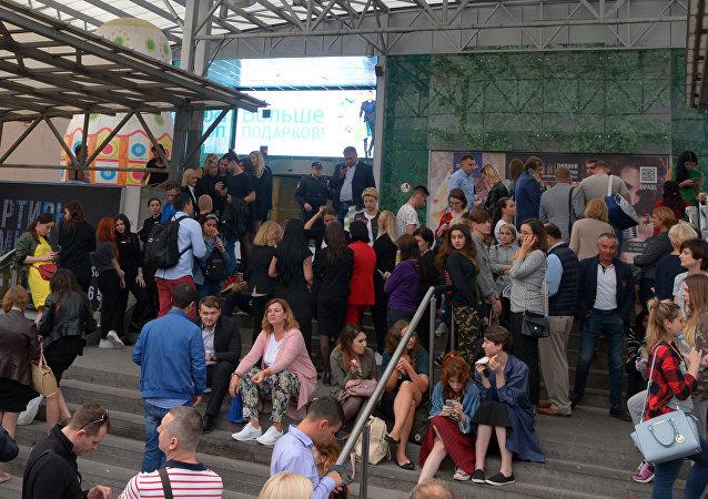 Pessoas evacuadas do shopping AFIMALL City, em Moscou em 13 de setembro de 2017