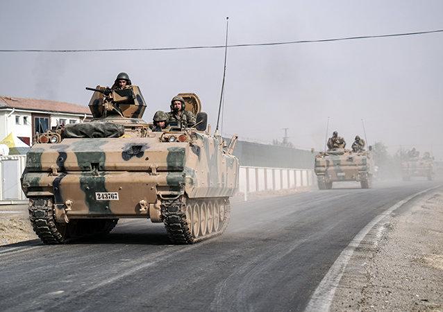 Tanques do exército turco vão ao longo da fronteira síria em Karkamis, Turquia