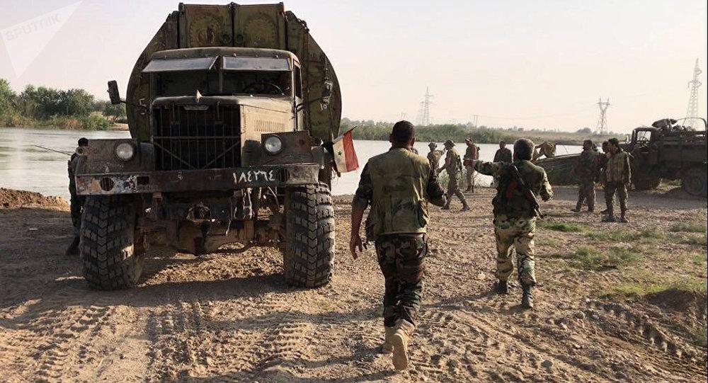 Militares sírios se preparando para cruzar o rio Eufrates na zona de Deir ez-Zor