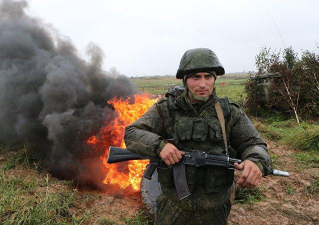 Um militar da infantaria motorizada da Frota do Báltico das Forças Armadas russas é visto durante os exercícios Zapad 2017 no polígono Pravdinsky, na região de Kaliningrado, Rússia