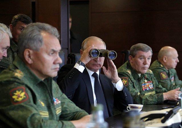 Presidente russo Vladimir Putin observando as manobras militares russo-bielorrussas Zapad 2017 em um campo de treino na região de Leningrado, Rússia.