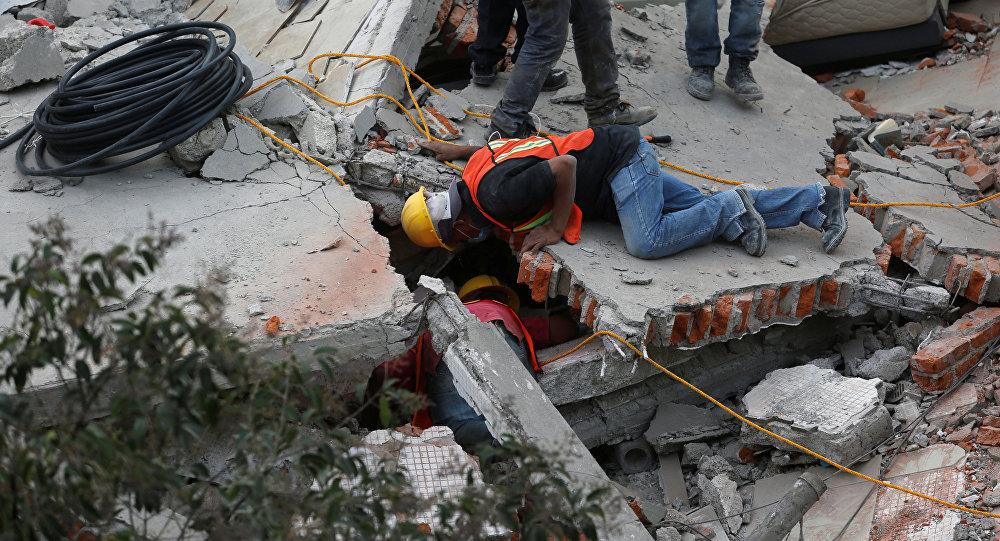 Buscas após o terramoto em México em 19 de setembro de 2017