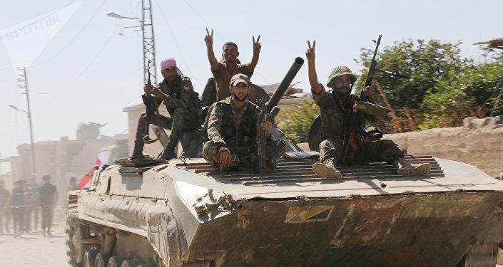 Soldados sírios entram na cidade de Atshan (foto de arquivo)