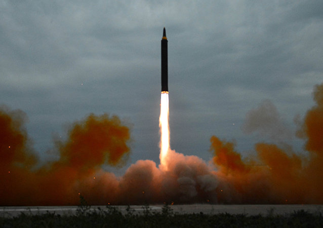 O lançamento de míssil de médio alcance durante os exercícios em Pyongyang em 30 de agosto de 2017