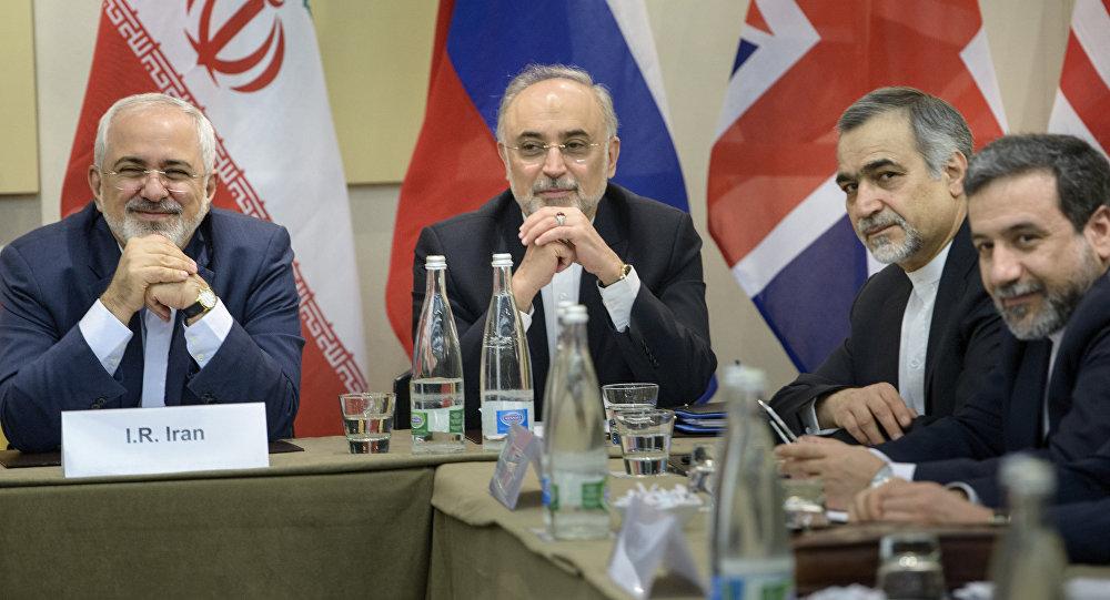 Delegação iraniana, com chanceler Mohammad Javad Zarif (esquerda) e chefe da Agência nuclear iraniana Ali Akbar Salehi (centro), nas negociações de 31 de março de 2015 na Suíça