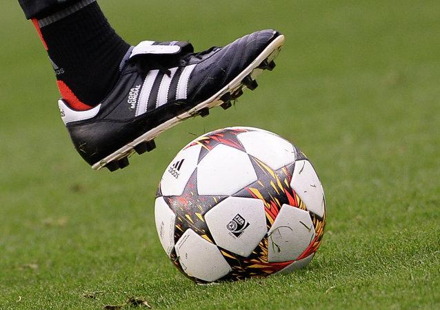 Bola de futebol. Jogo entre Cuba e o New York York Cosmos mistura política com esporte.
