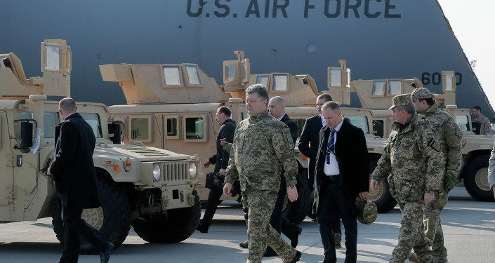 Pyotr Poroshenko, presidente da Ucrânia, ao lado de Humvees blindados americanos no aeroporto Boryspil, Kiev, Ucrânia