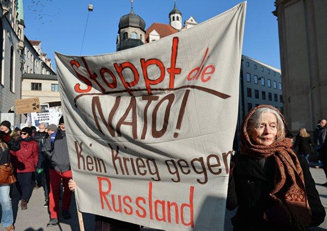 Ação de protesto contra a OTAN e pelo fim da confrontação da Rússia, em Munique