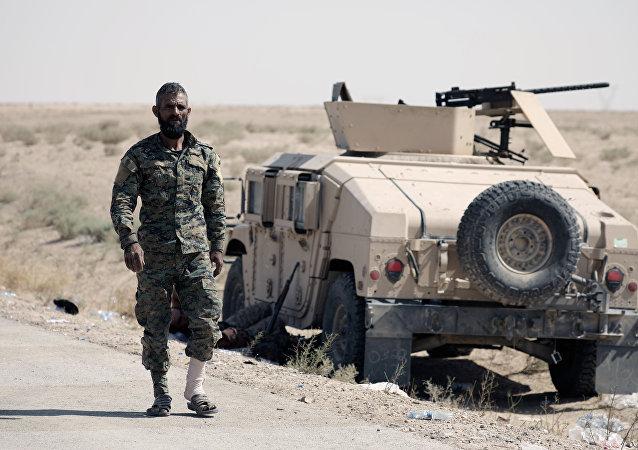 Militante das FDS perto de deir ez-Zor, Síria, 12 de setembro de 2017