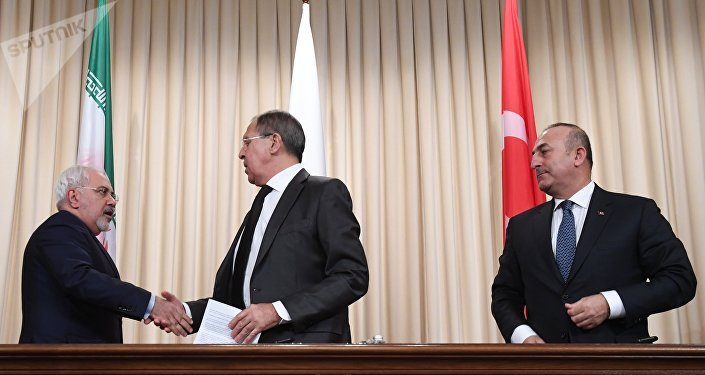 Coletiva de imprensa dos ministros das Relações Exteriores do Irã, Rússia e Turquia, Mohammad Javad Zarif, Sergei Lavrov, Mevlut Cavusoglu, em Moscou, Rússia, 19 de dezembro de 2016