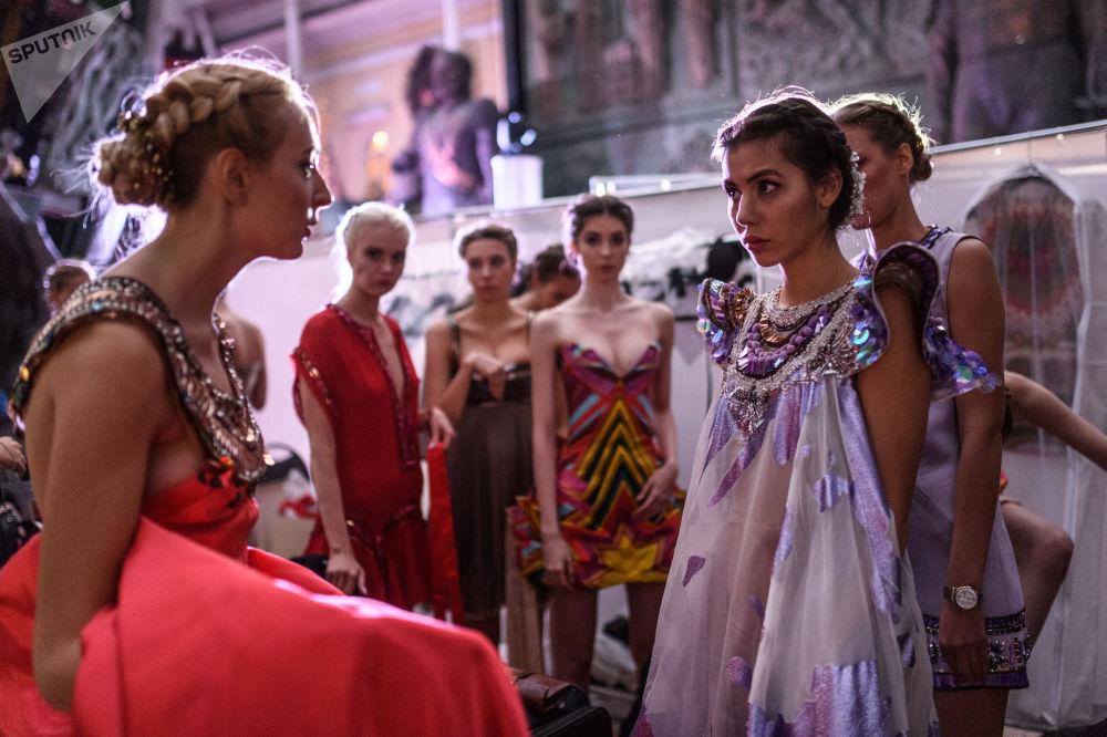 Modelos no festival étnico-cultural internacional Etno Art Fest 2017 em Moscou