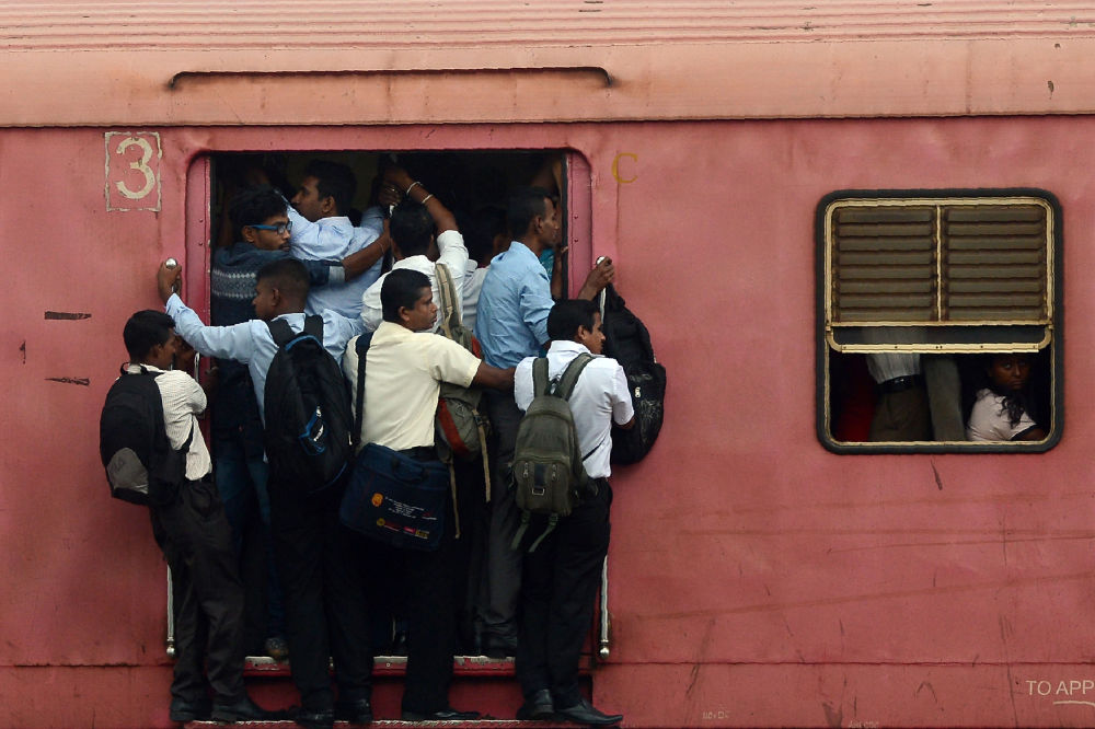 Passageiros no trem com destino a Colombo, Sri Lanka