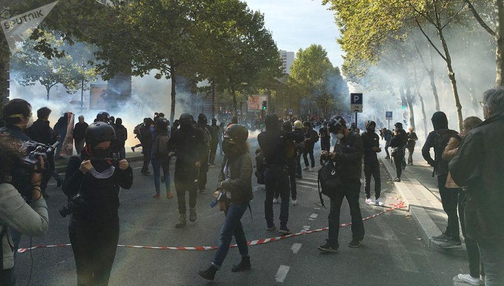 Participantes de protesto contra a reforma trabalhista em Paris, França