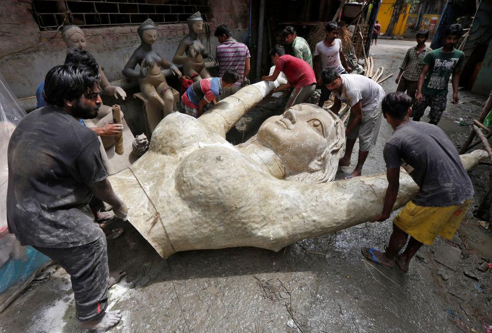 Estátua de mulher feita de fibra de vidro, destinada a festival hindu
