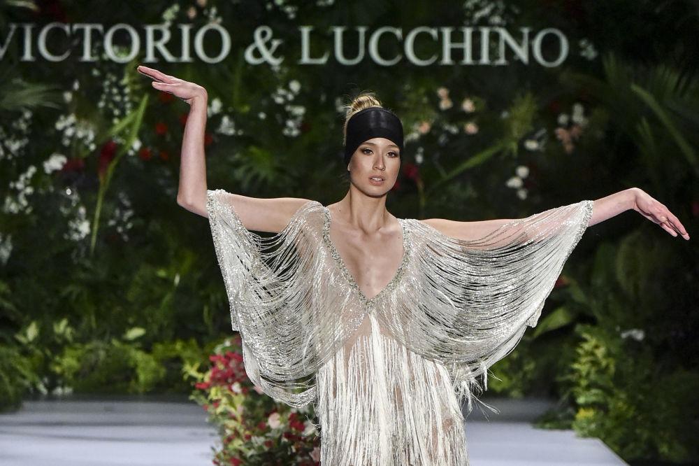 Modelo da Victorio & Lucchino durante desfile de moda na Colômbia
