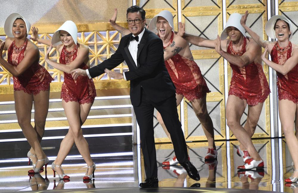 Apresentador dos Emmy Awards, Stephen Colbert, durante show na cerimônia de entrega de prémios